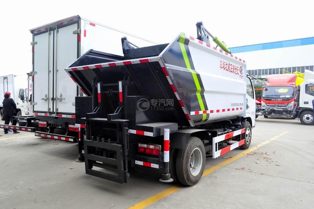 东风多利卡国六压缩式垃圾车侧后方图