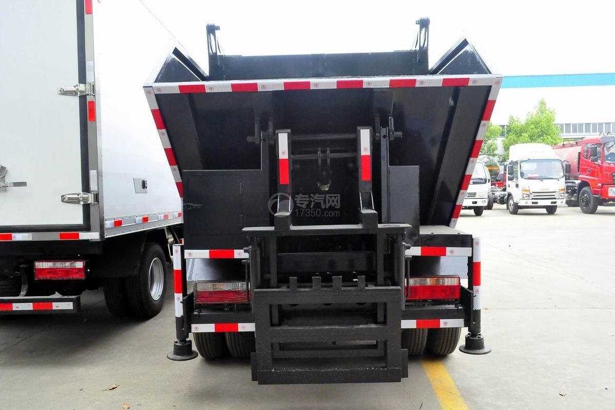 东风多利卡国六压缩式垃圾车正后方图