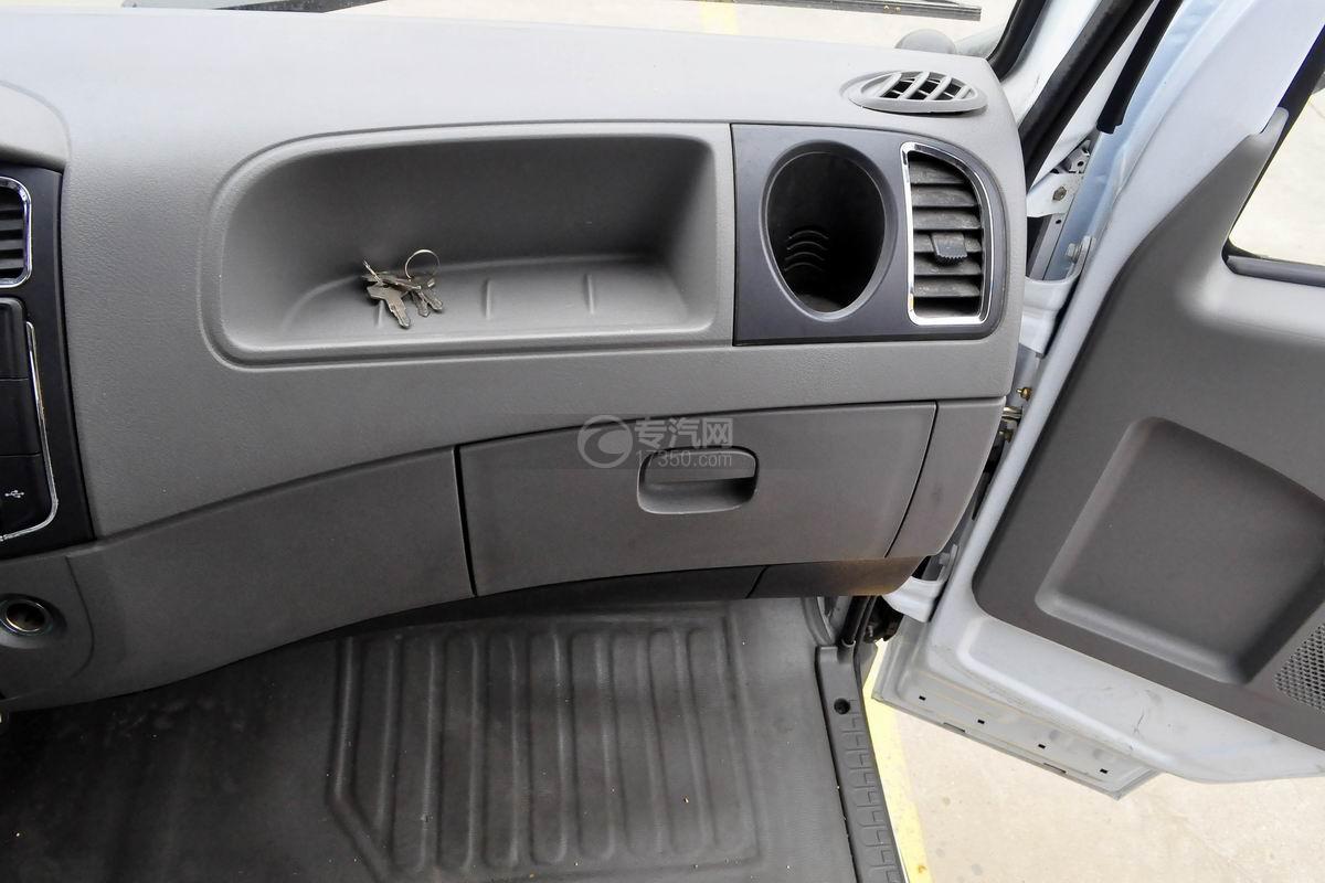 东风多利卡国六压缩式垃圾车驾驶室内部图