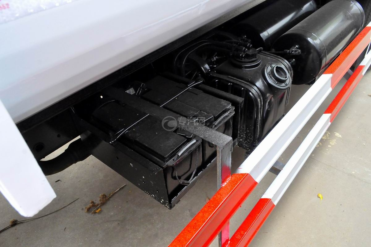 东风多利卡国六压缩式垃圾车蓄电池