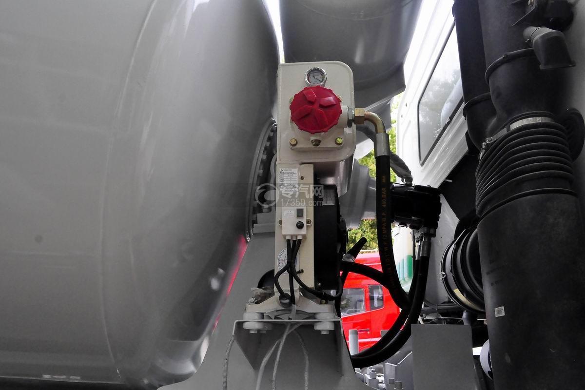 重汽豪沃后双桥搅拌车散热器细节