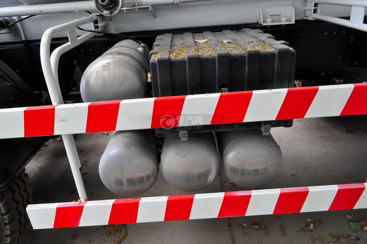 陕汽德龙新M3000前四后八搅拌车蓄电池、储气罐
