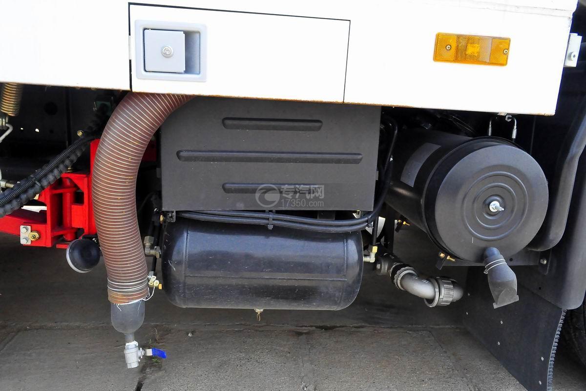 東風天錦180洗掃車蓄電池和儲氣罐