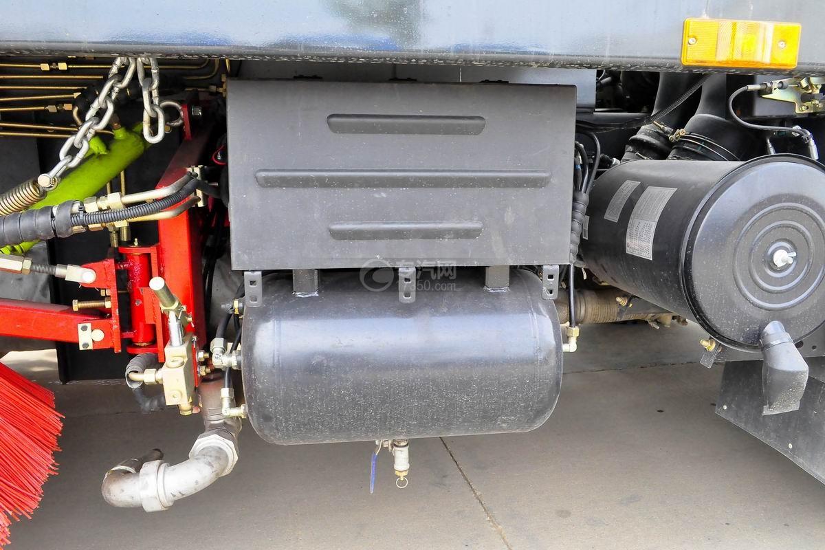 東風天錦洗掃車蓄電池和儲氣罐
