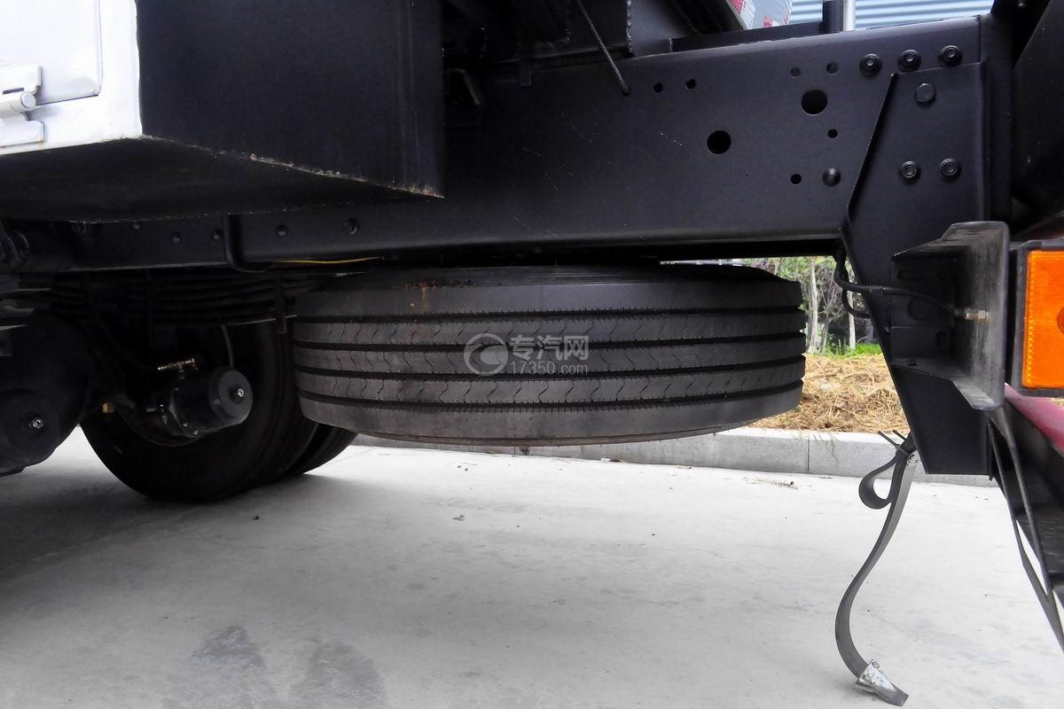 东风柳汽乘龙H5小三轴19.5方运油车备胎