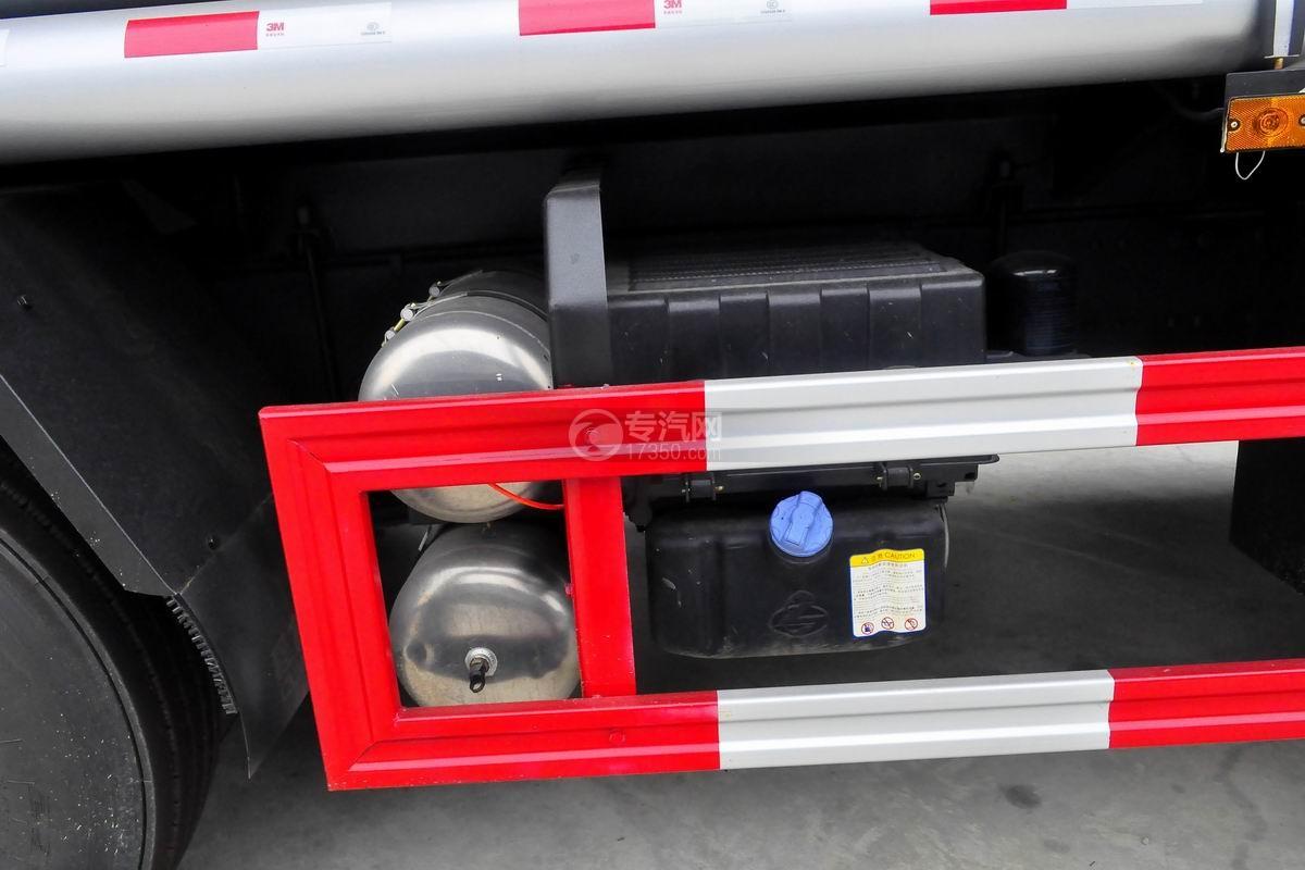 东风柳汽乘龙H5小三轴19.5方运油车蓄电池、储气罐