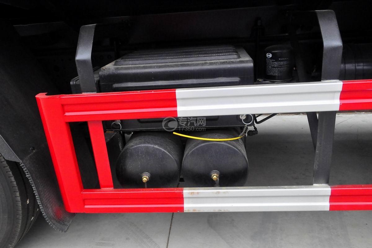 解放悍V前四后八22.5方运油车蓄电池、储气罐