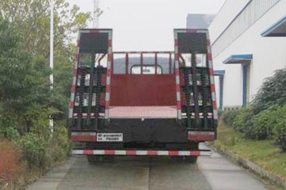 东风多利卡国六平板运输车正后方图