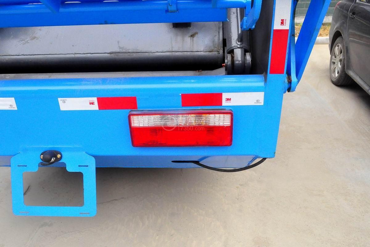 东风多利卡6方压缩式垃圾车尾部示意灯