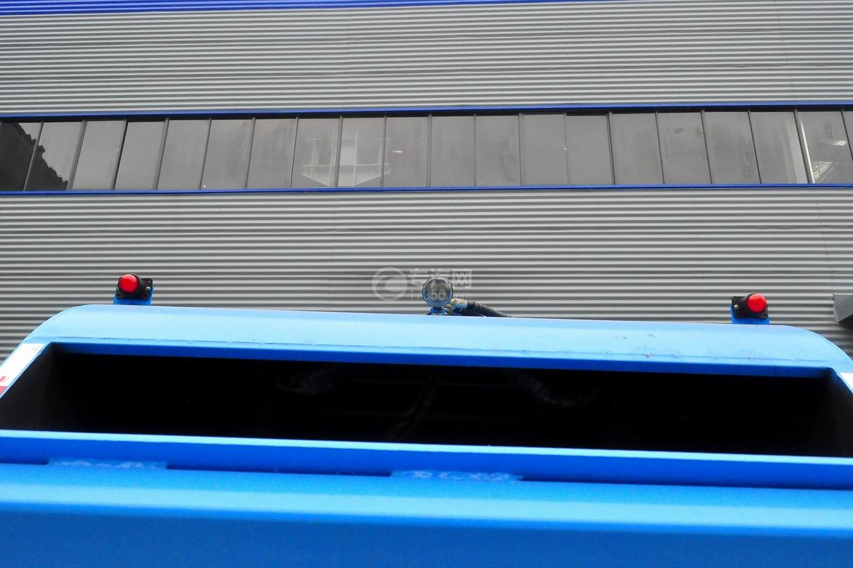 东风多利卡6方压缩式垃圾车外观