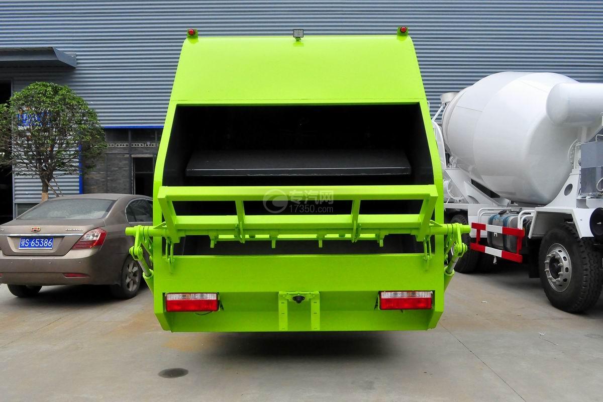 东风多利卡10方压缩式垃圾车正后方图