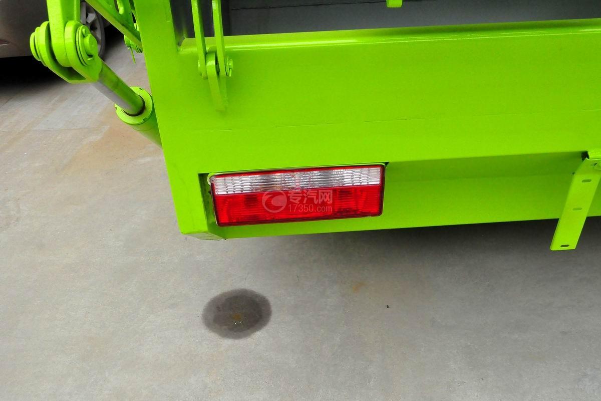 东风多利卡10方压缩式垃圾车尾部示意灯