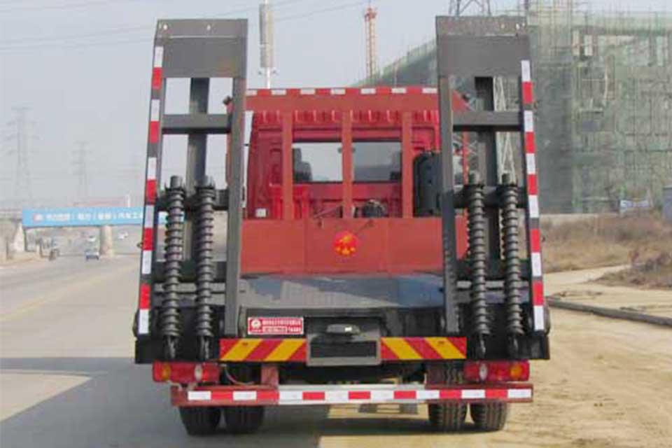 东风专用底盘国六平板运输车正后方图
