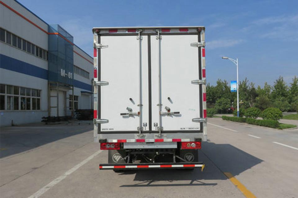 福田4.085米国六冷藏车正后图