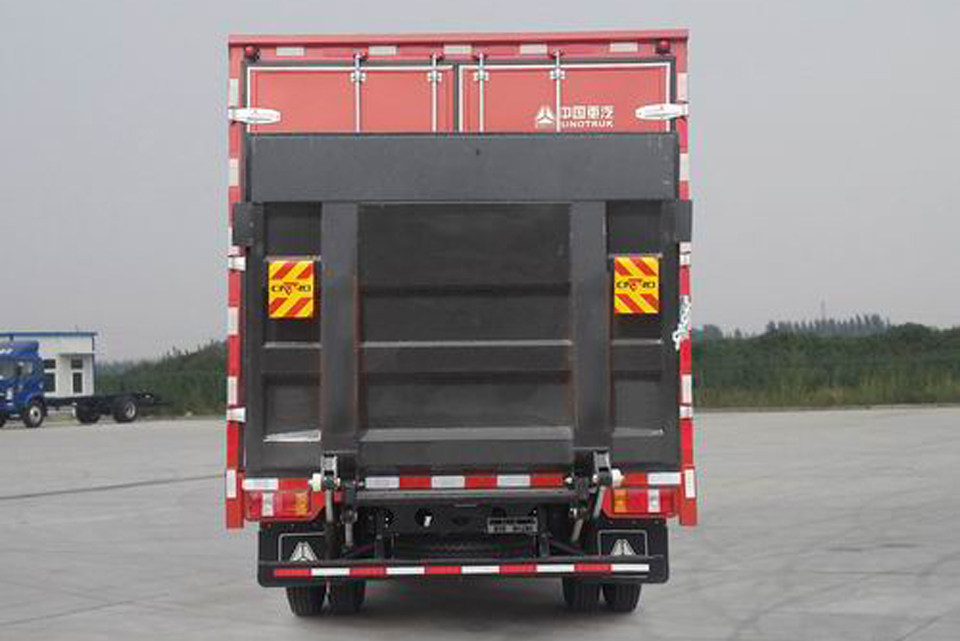 重汽豪沃单桥国六5.15米厢式运输车正后图