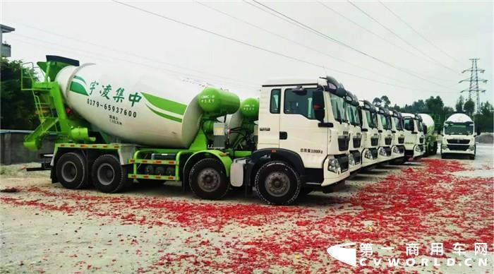 采用重汽豪沃T5G底盘 26辆中集凌宇搅拌车广东交付