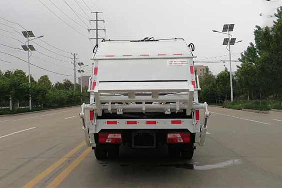 江铃凯锐800单桥国六压缩式垃圾车正后方图