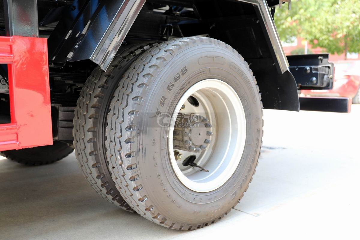 飛碟奧馳4.6方黃牌吸污車輪胎