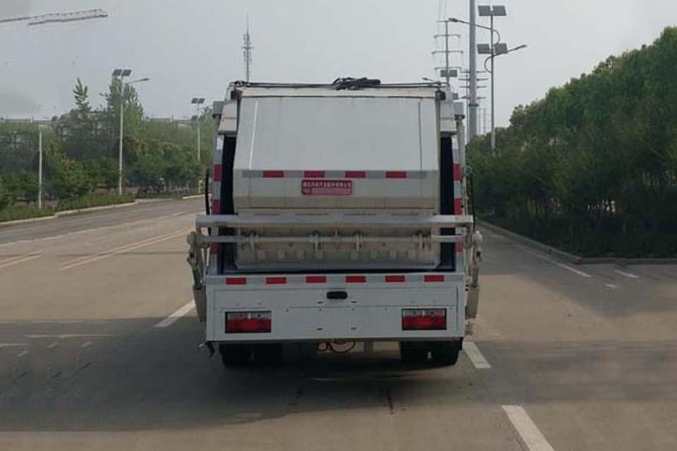 东风大多利卡国六压缩式垃圾车正后方图