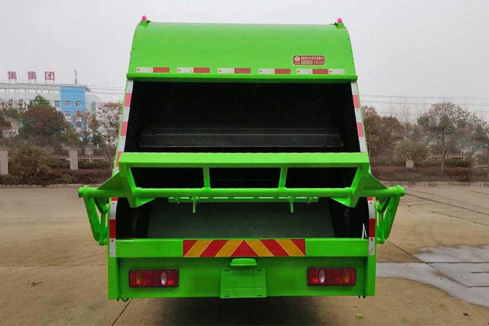 东风专用底盘国六压缩式垃圾车正后方图