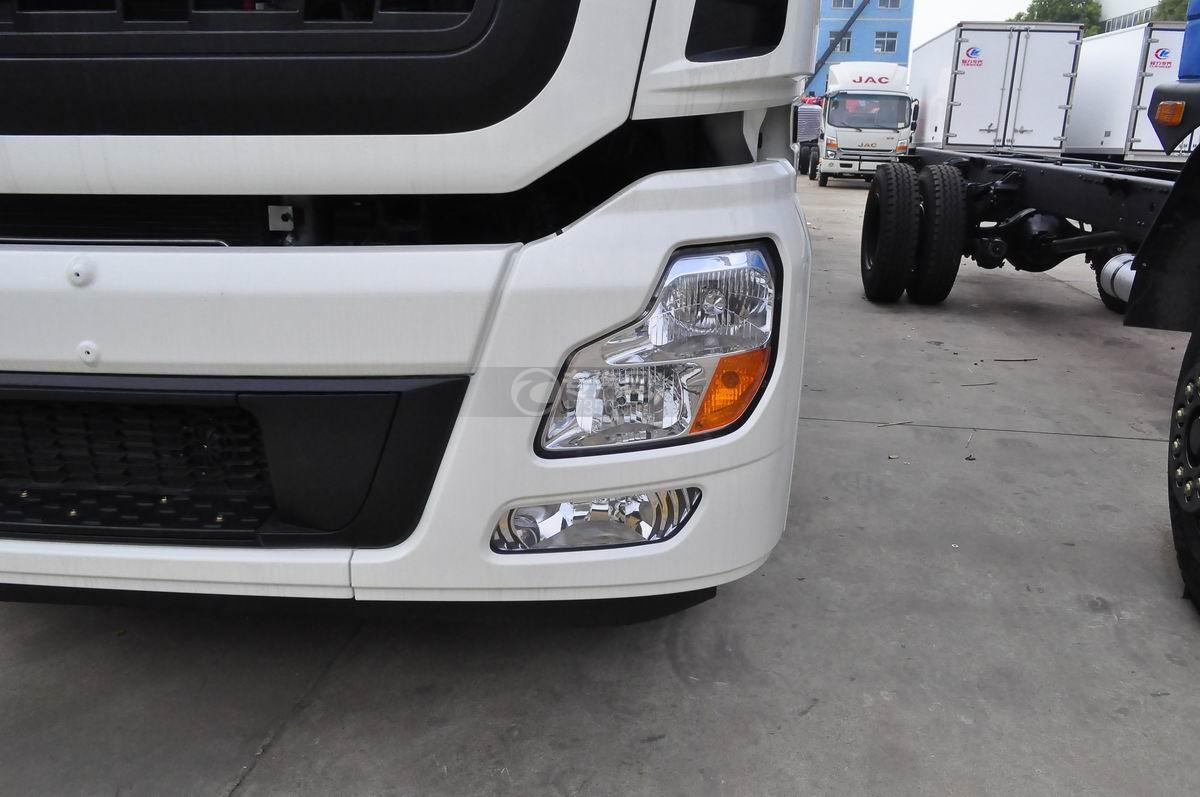 东风天龙小三轴9.4米冷藏车大灯