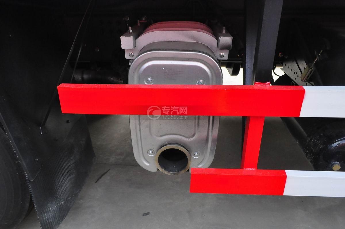 东风天龙小三轴9.4米冷藏车底盘细节