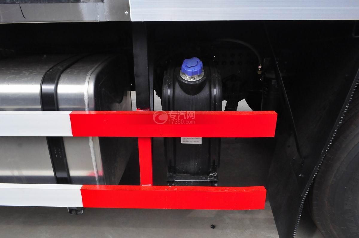 东风天龙小三轴9.4米冷藏车尿素箱