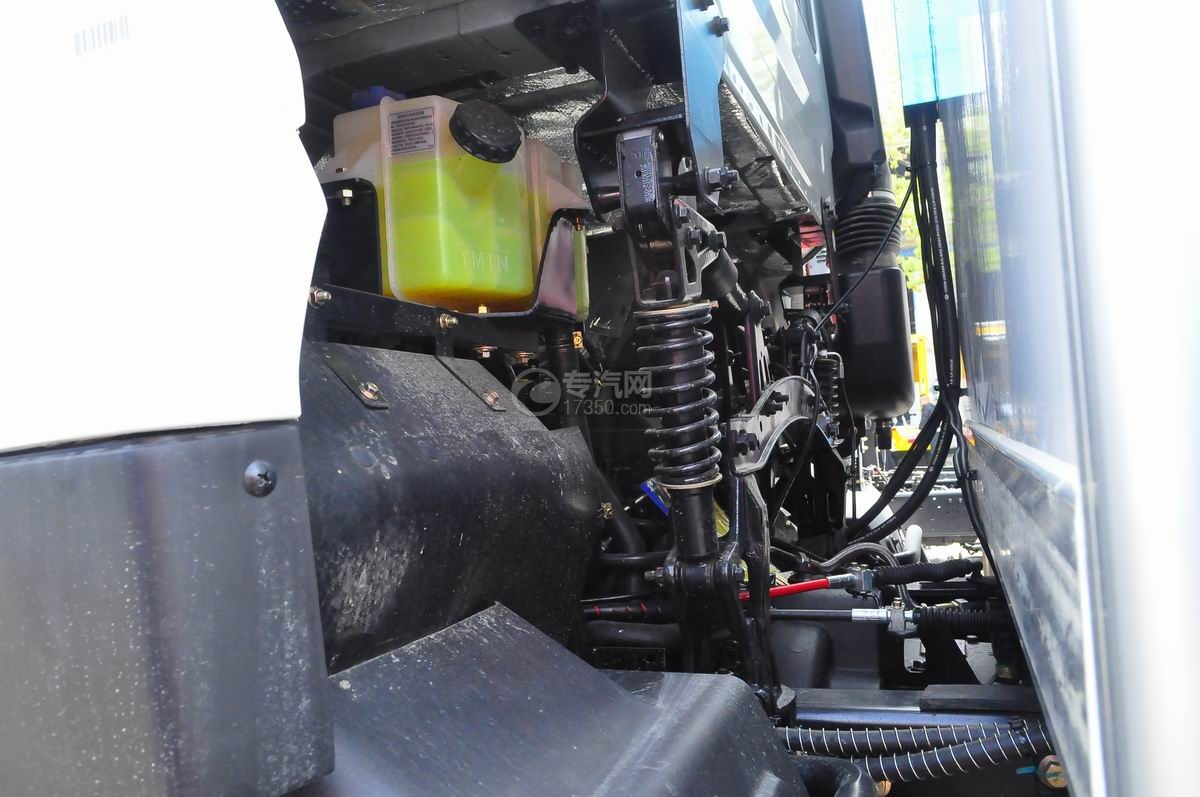 东风天龙小三轴9.4米冷藏车弹簧减震