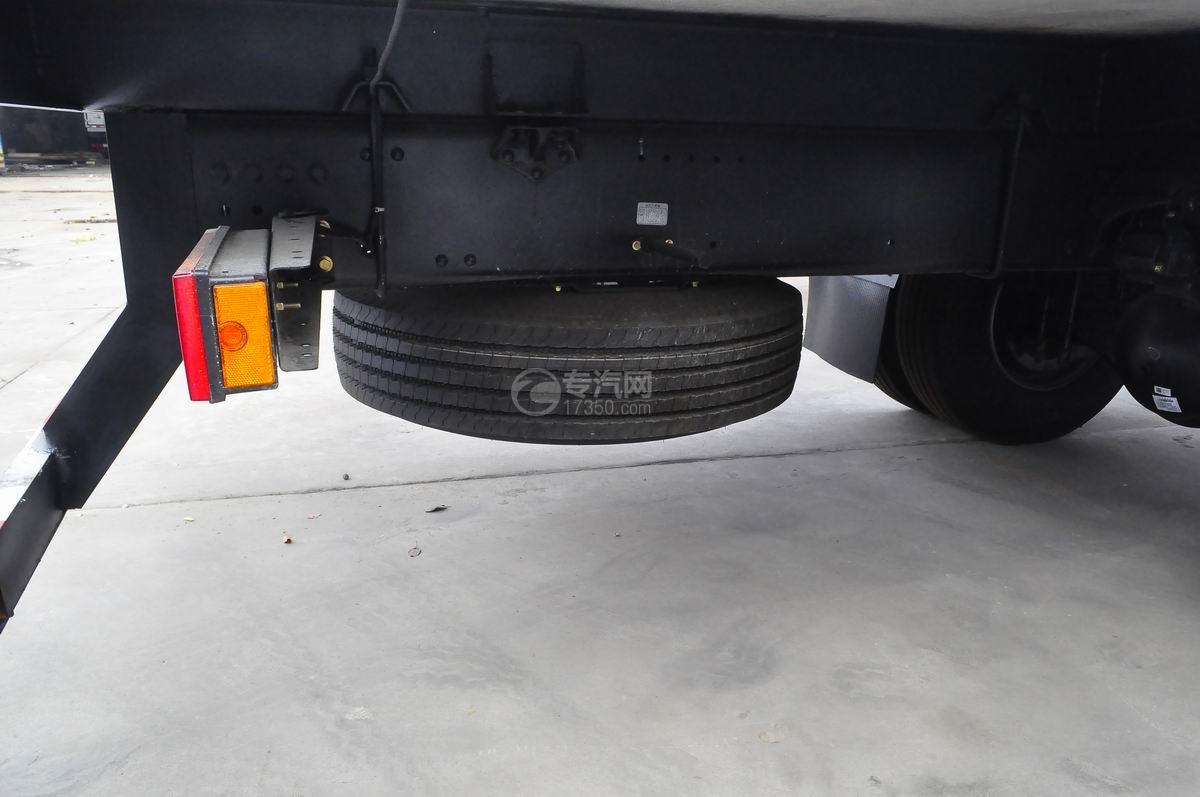 东风天龙小三轴9.4米冷藏车备胎