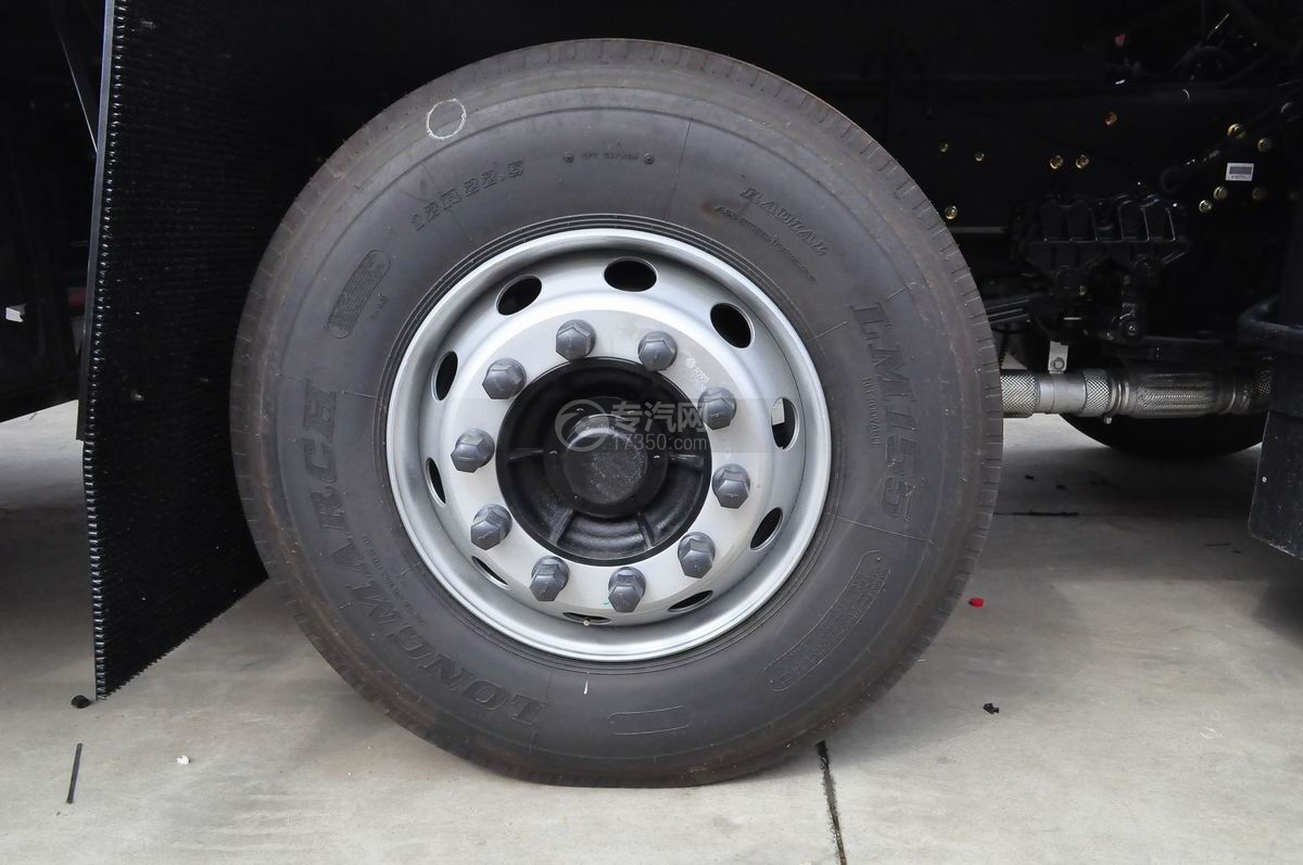 东风天龙小三轴9.4米冷藏车轮胎