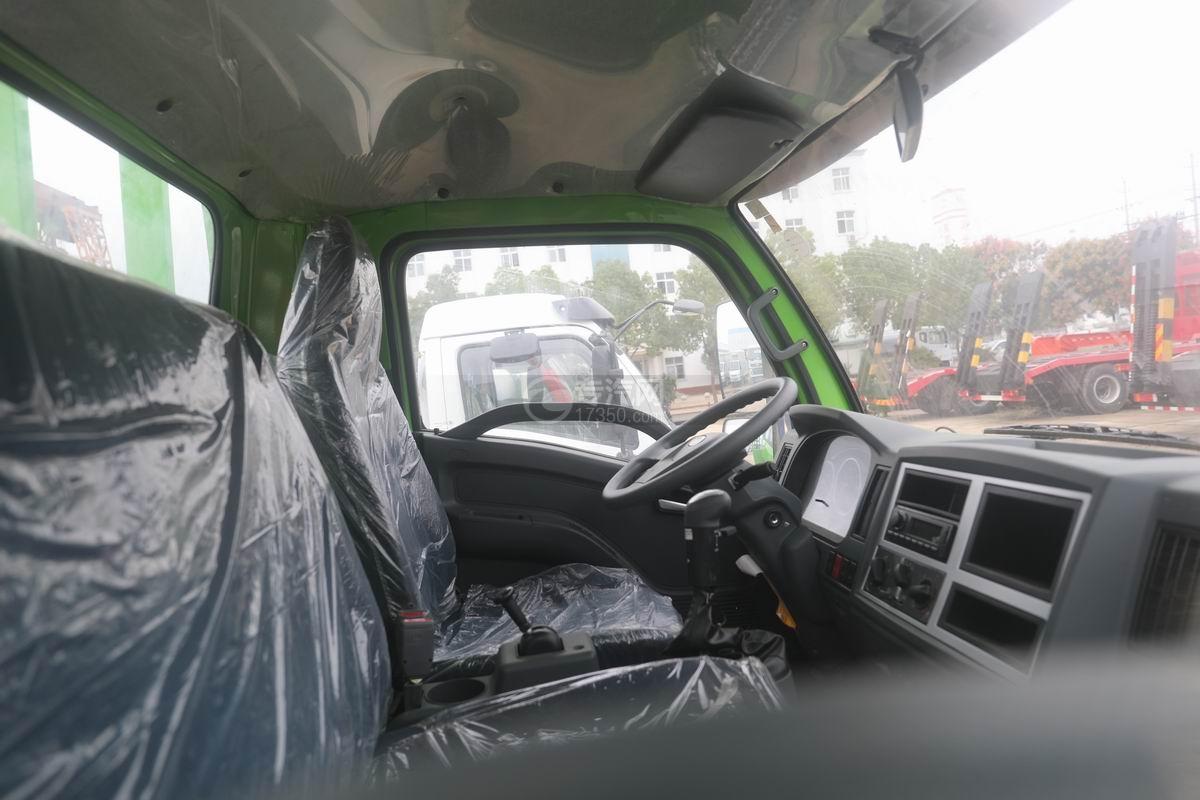 跃进上骏X500国五单桥平板运输车驾驶室内部图