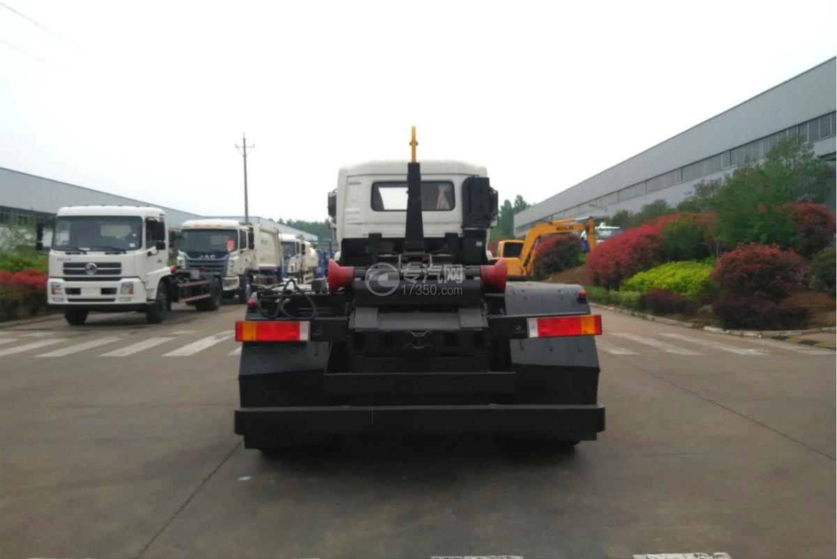 东风天龙后双桥车厢可卸式垃圾车正后图