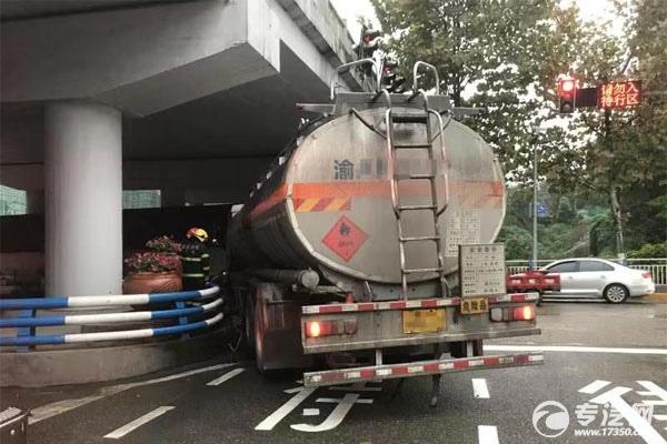 油罐车撞桥墩?这是咋回事?