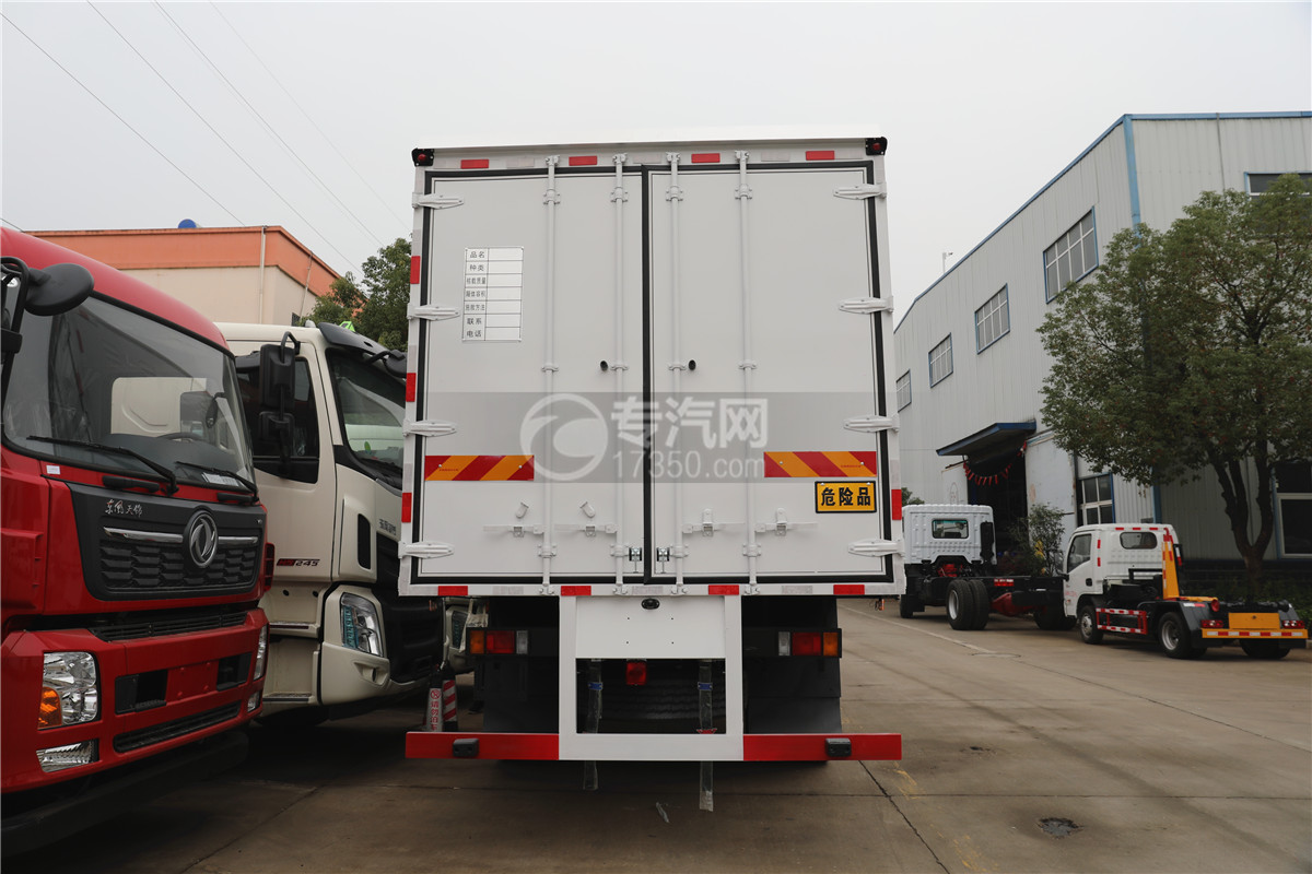 东风柳汽乘龙M3国五6.58米易燃气体厢式运输车车尾图