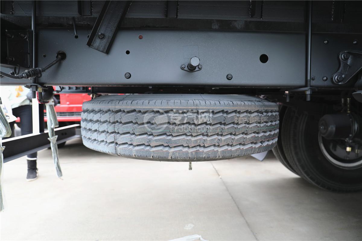 东风柳汽乘龙M3国五6.58米易燃气体厢式运输车备胎图
