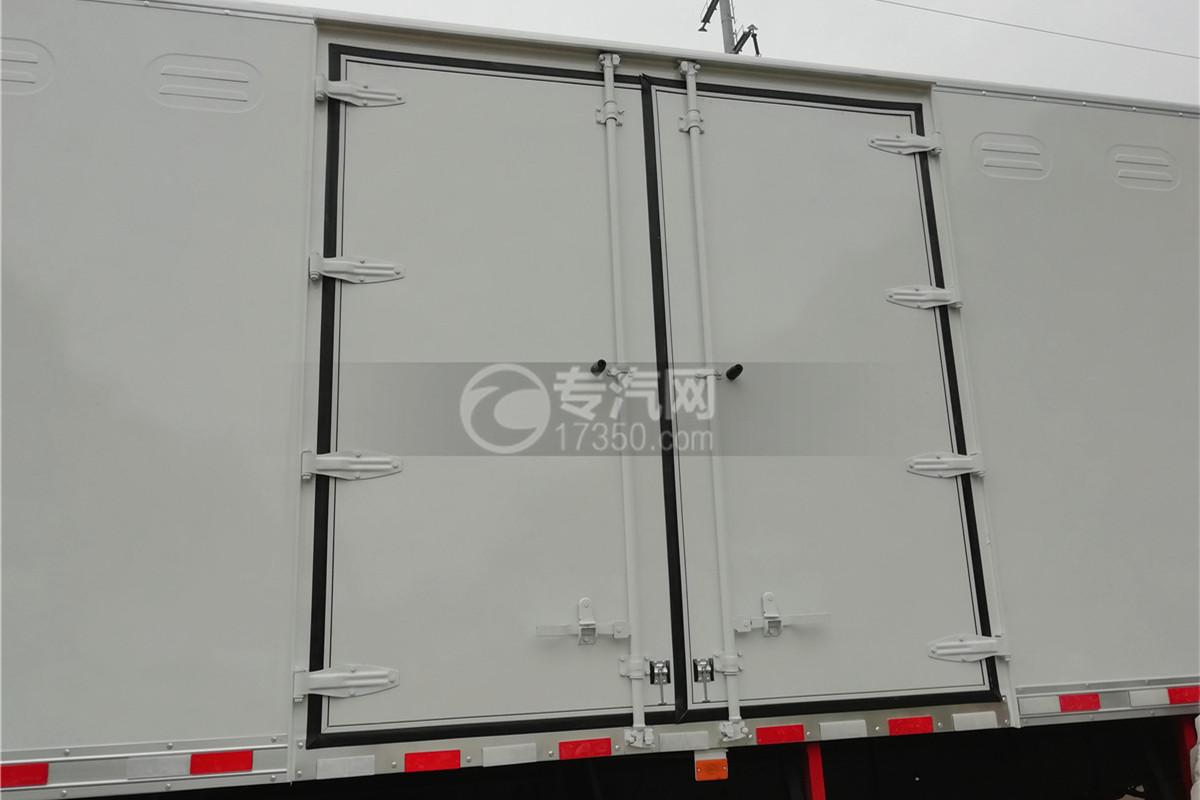 东风柳汽乘龙M3国五6.58米易燃气体厢式运输车侧双开门图