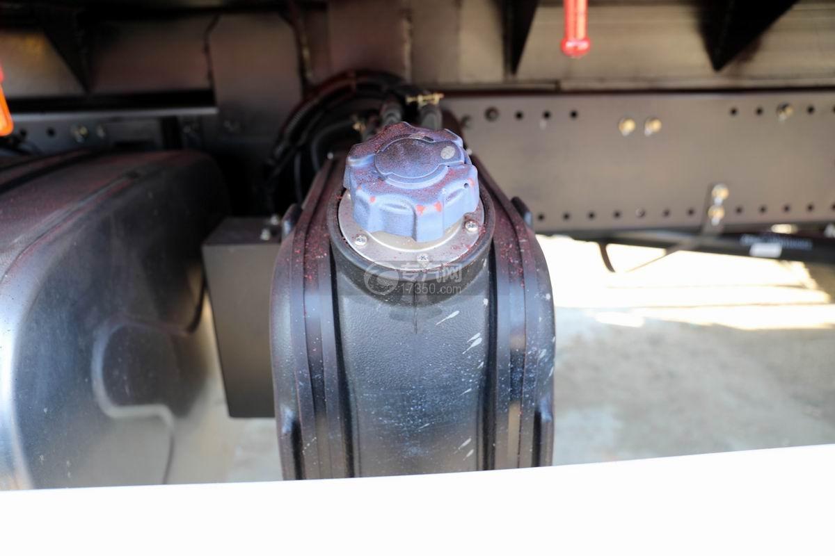 大運風景F6單橋6.3噸折臂隨車吊尿素罐