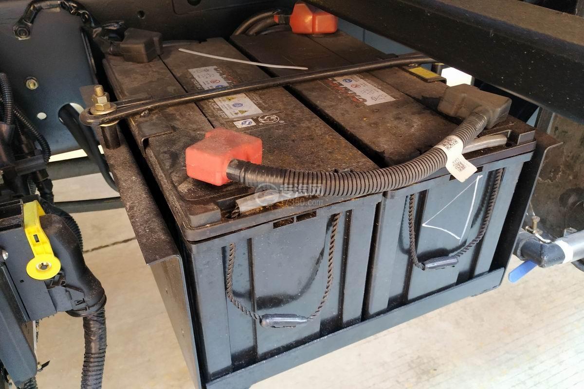 東風多利卡D8一拖二清障車(帶尾部翻轉)蓄電池