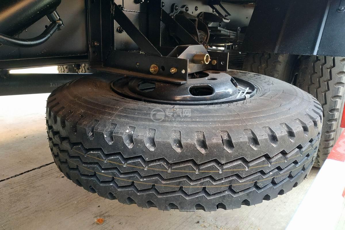東風多利卡D8一拖二清障車(帶尾部翻轉)備胎