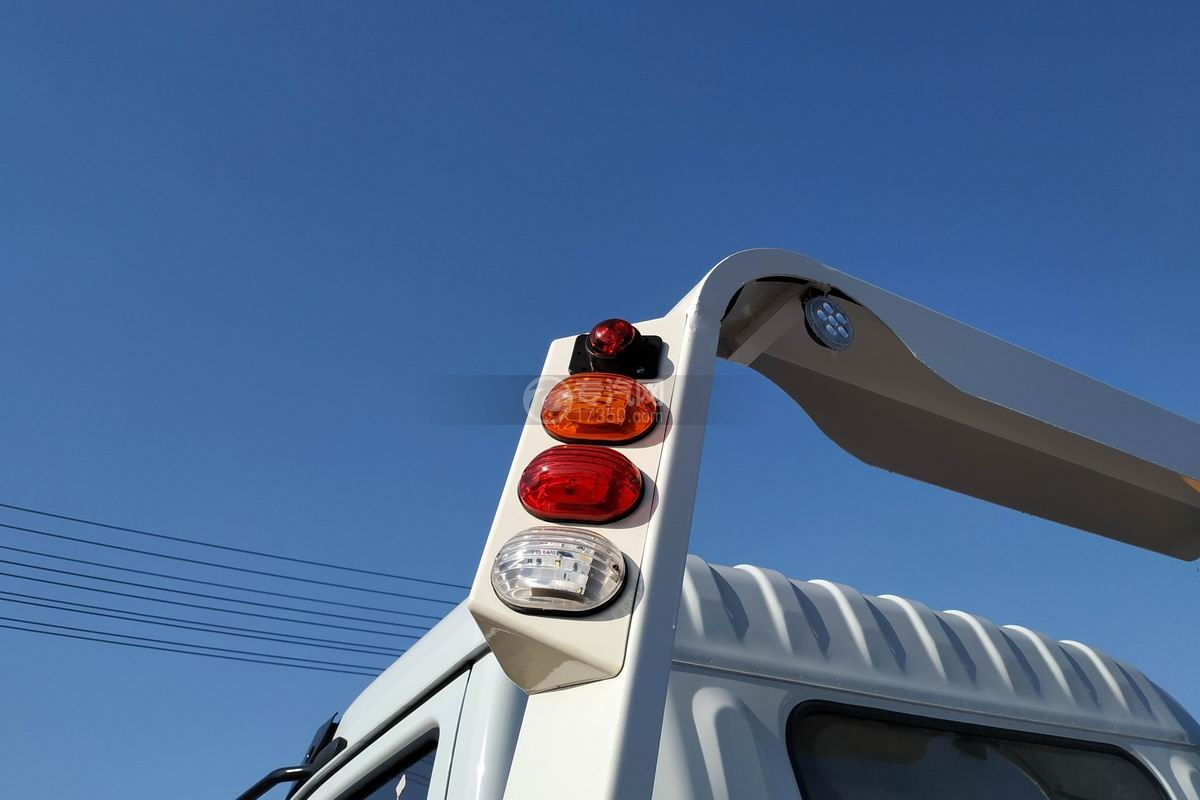 東風多利卡D8一拖二清障車(帶尾部翻轉)警示燈