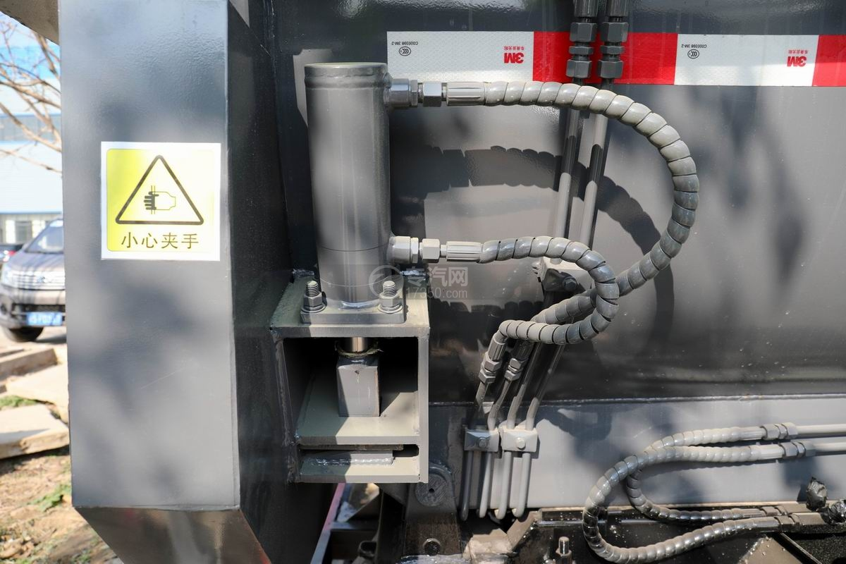 东风凯普特K7国六餐厨式垃圾车(罐式)液压锁紧装置