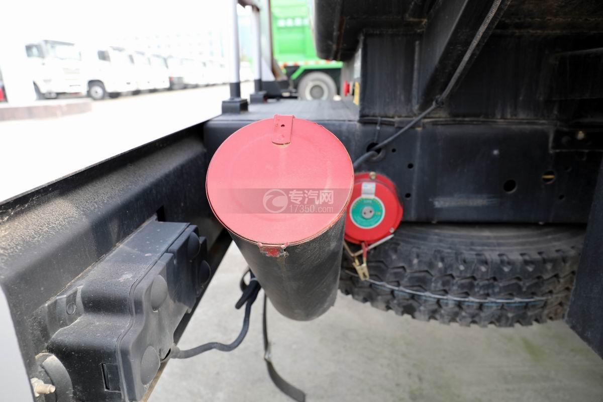 东风大多利卡7.6方加油车灭火器放置处