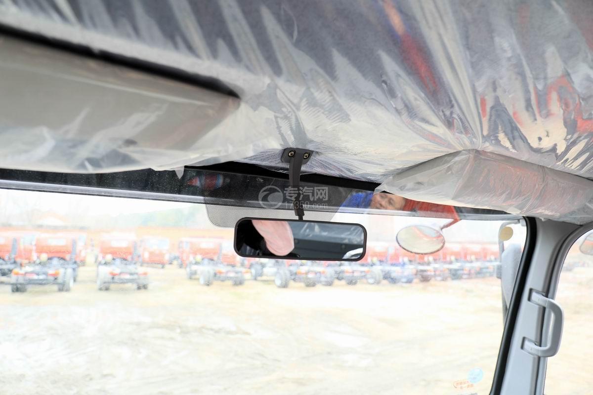 湖北大运运途单桥5吨直臂随车吊驾驶室内细节
