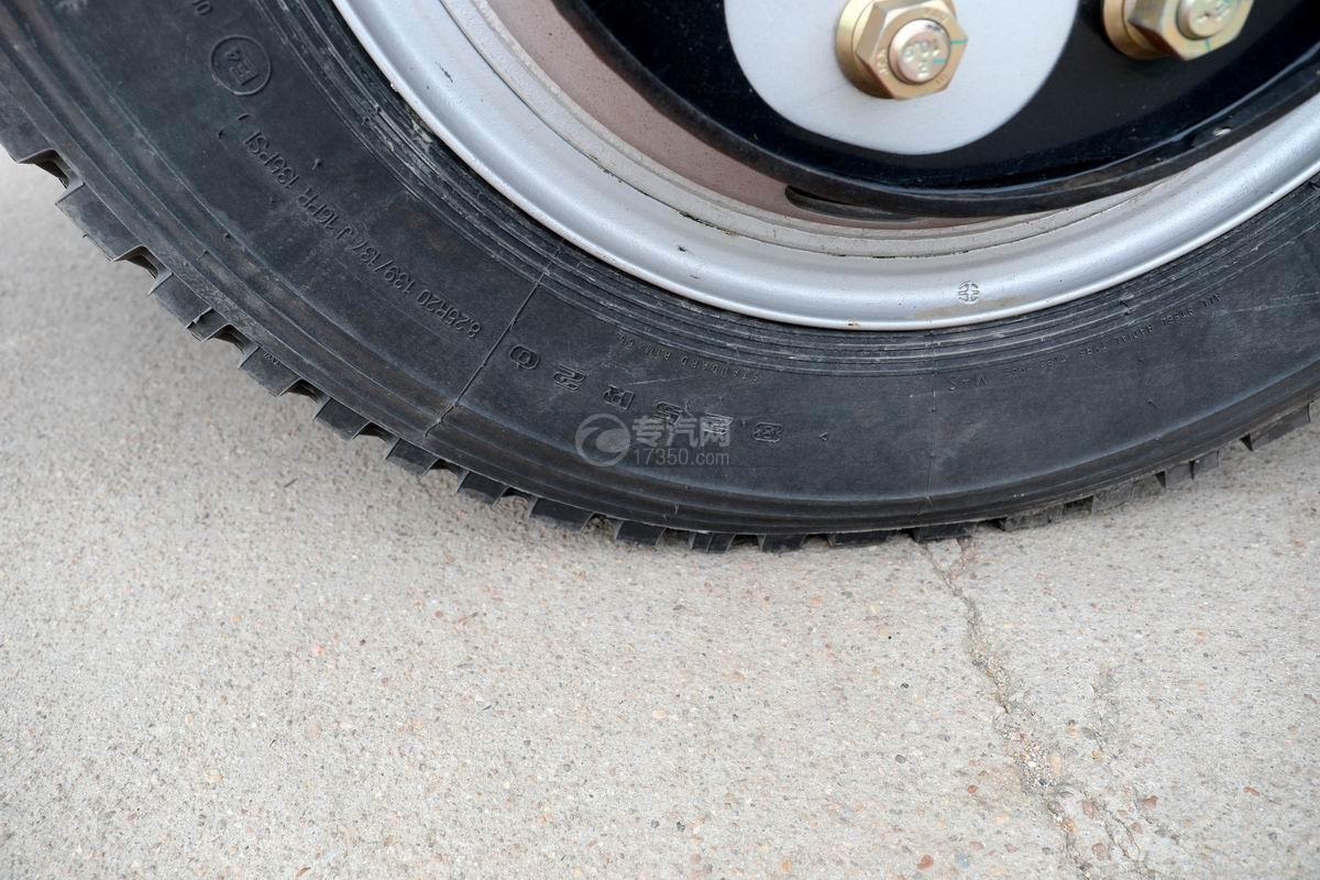 大運奧普力3.9米排半平板運輸車輪胎細節