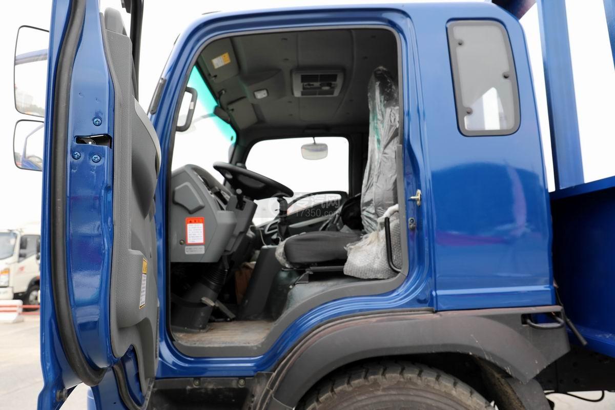 大運奧普力4.4米排半平板運輸車駕駛室內部圖