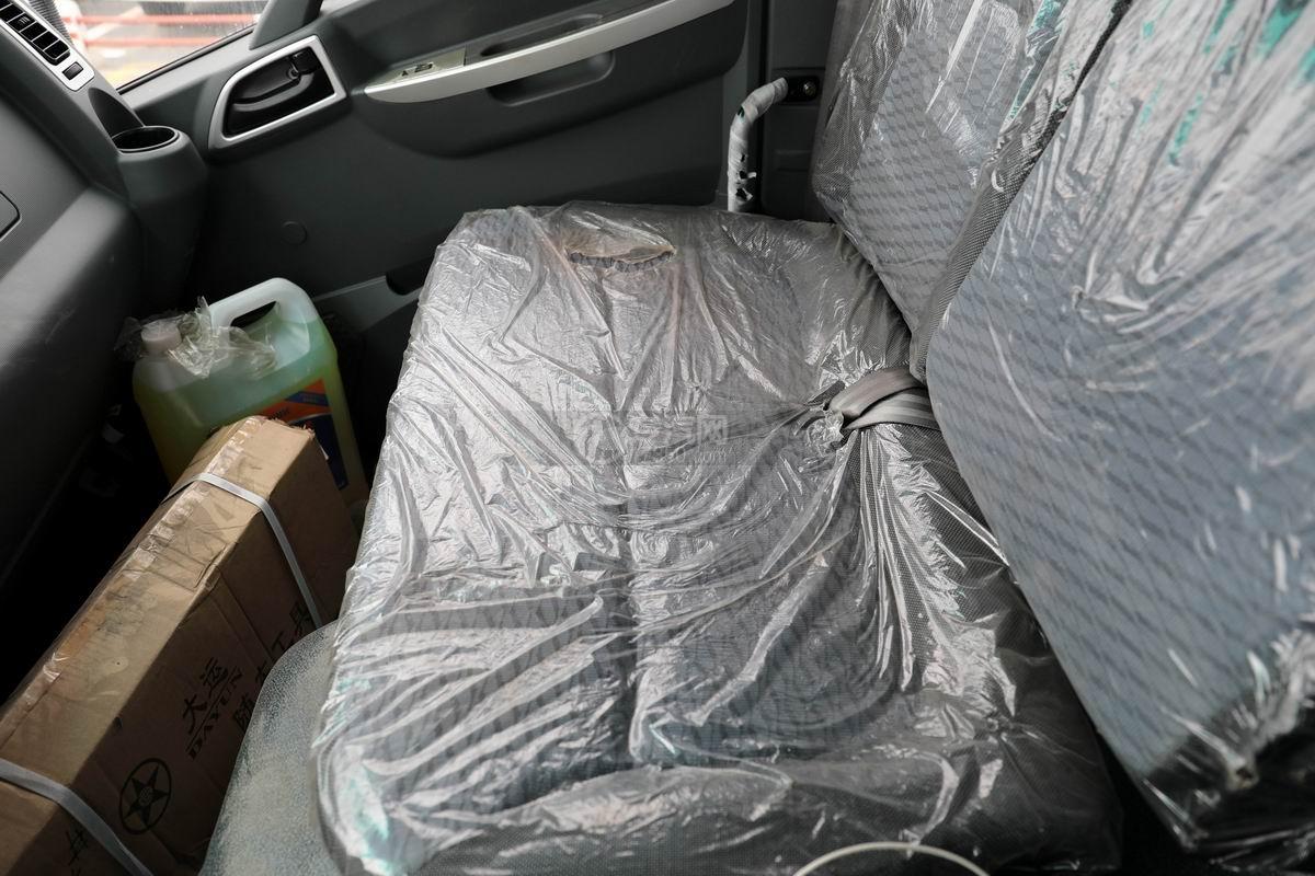 大運奧普力4.4米排半平板運輸車駕駛室座椅
