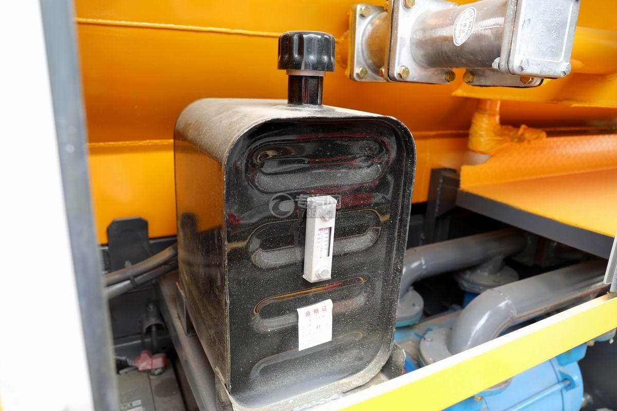 东风多利卡D7国六清洗吸污车液压油箱