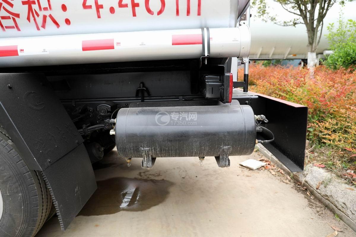 东风多利卡D6国五4.48方加油车储气罐