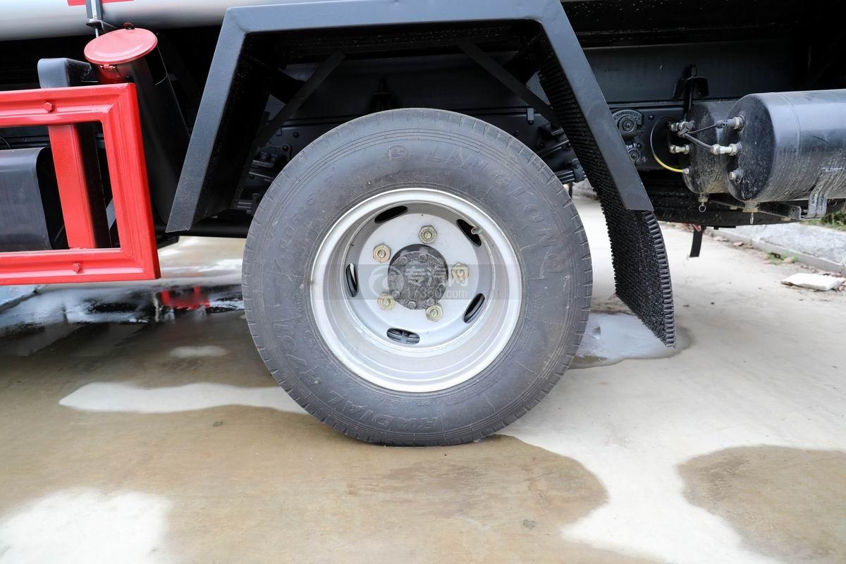 东风多利卡D6国五4.48方加油车轮胎