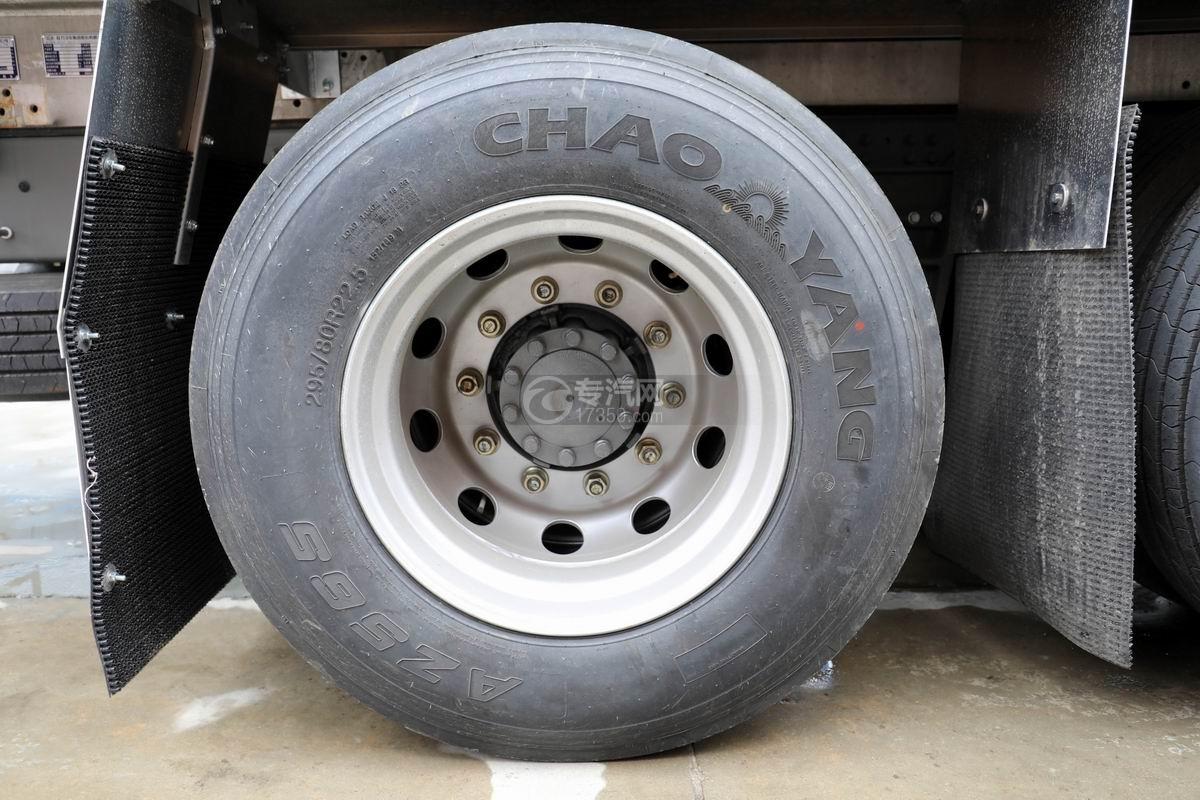 重汽汕德卡前四后八鋁合金運油車輪胎